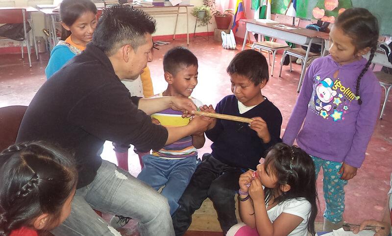 El pueblo kamënts̈á, en Putumayo, implementa un modelo pedagógico propio en el que la música es la herramienta lúdica, pedagógica y de investigación a través de la cual se revitaliza la lengua propia y se extiende, a las nuevas generaciones, los saberes de sus mayores y su cultura.