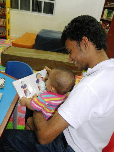 """""""Con un bebé no puedes hablar esperando encontrar igual respuesta, pero escuchar sus balbuceos mientras observas con detenimiento sus gestos e intentas interpretarlos es también un acto comunicativo y tiene muchísimo valor"""": Bayron Araújo Campo."""
