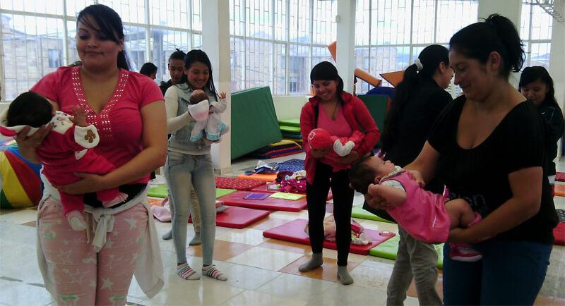 En la Fundación Arka las mamás también se toman el tiempo de cantarle a sus bebés.