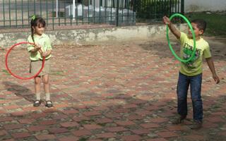En Cúcuta los niños juegan con una caja caliente
