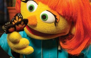 Plaza Sésamo tiene un nuevo personaje con autismo: Conoce a Julia