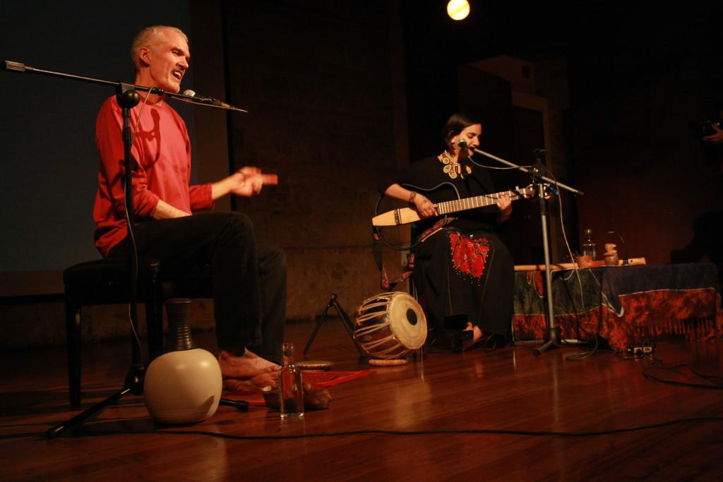 Nicolás Buenaventura y Marta Gómez en la gira del espectáculo Dar a luz, la cual incluyó Pasto, Buenaventura, Andagoya, Mitú, Riohacha y Providencia.