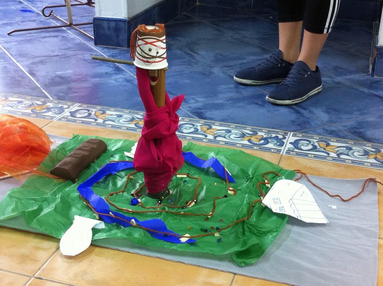 Utilizando diferentes materiales, los participantes hicieron construcciones a partir de las preguntas: ¿quién soy?, ¿quién es el niño y la niña?, ¿qué quiero para ellos?