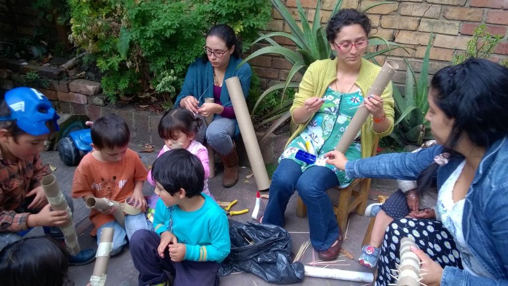 Es importante que acompañes la elaboración de este instrumento musical pues algunos pasos implican la manipulación de objetos que pueden lastimar a los niños.
