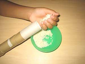 Mientras se introducen las semillas se debe ir volteando el palo, tapando con la mano el extremo abierto, para verificar si faltan o sobran según la sonoridad que se quiera lograr.