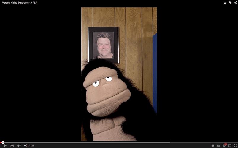 """Esta captura es del video """"Vertical Video Syndrome - A PSA"""", una parodia que puede resultarte chistosa y que explica por qué es mejor optar por videos horizontales. También se encuentra en YouTube con subtítulos si la buscas."""