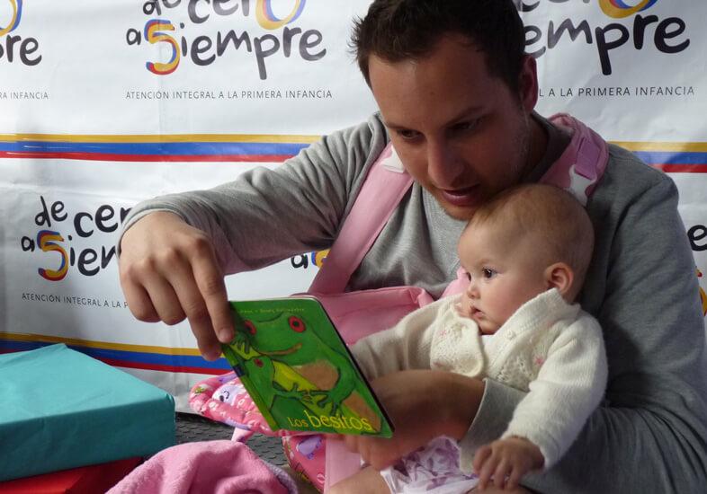 Cuando los padres le transmiten al bebé afecto a través de la lectura él lo reconoce, por tanto, es importante crear una rutina de lectura durante y después del embarazo.
