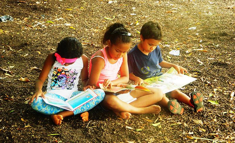 En algunas ocasiones la bibliotecaria se encarga de realizar la lectura en voz alta y en otras, los mismos niños la hacen, venciendo su timidez y sus miedos por dirigirse a un pequeño público.