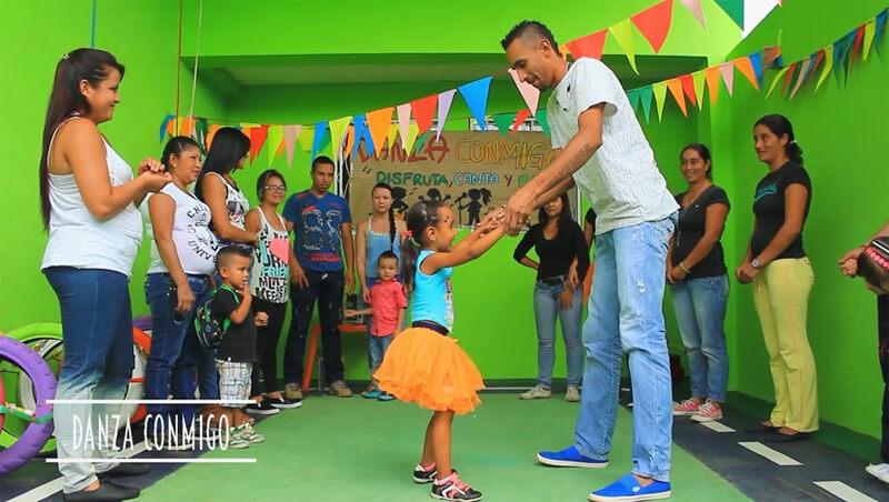 Danza conmigo es otra de las actividades de esta experiencia en la que los principales protagonistas son los niños y sus familias.