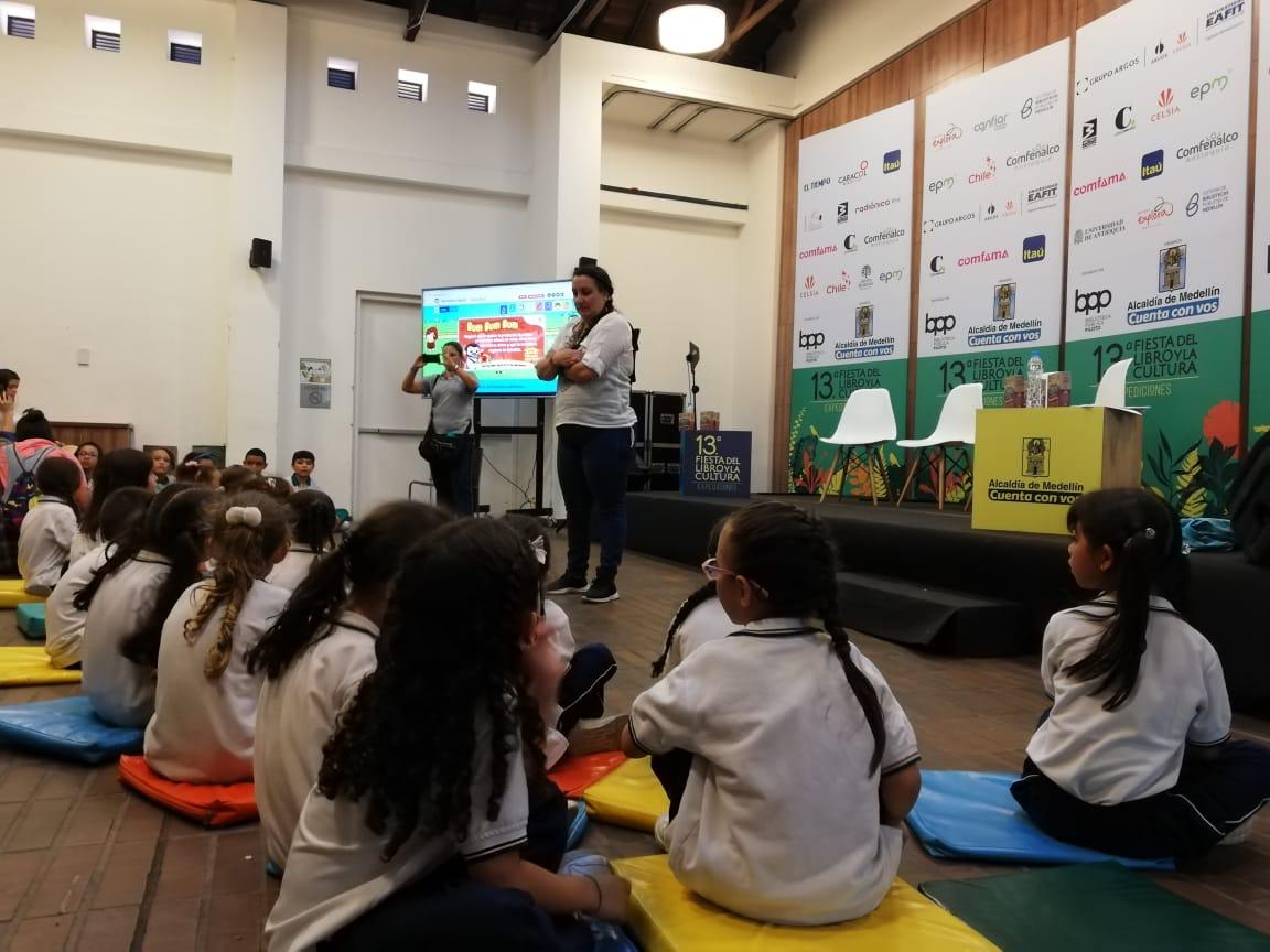 Niños y niñas durante un taller en Medellín