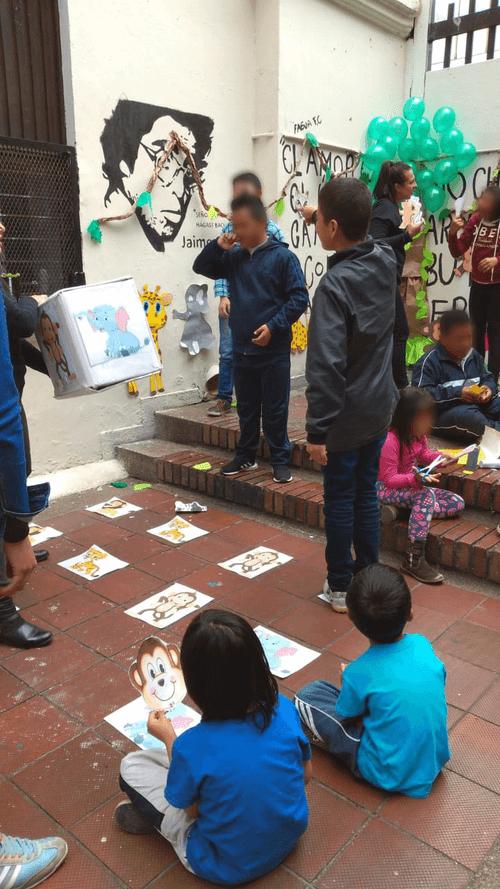 Niños y niñas jugando en la sala de la universidad pedagógica